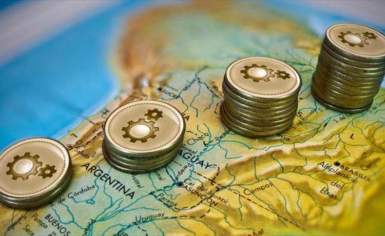 Monedas sobre mapa de latinoamérica