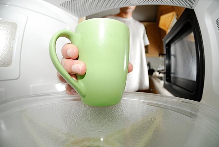Aprende qué cosas debes evitar poner en el microondas