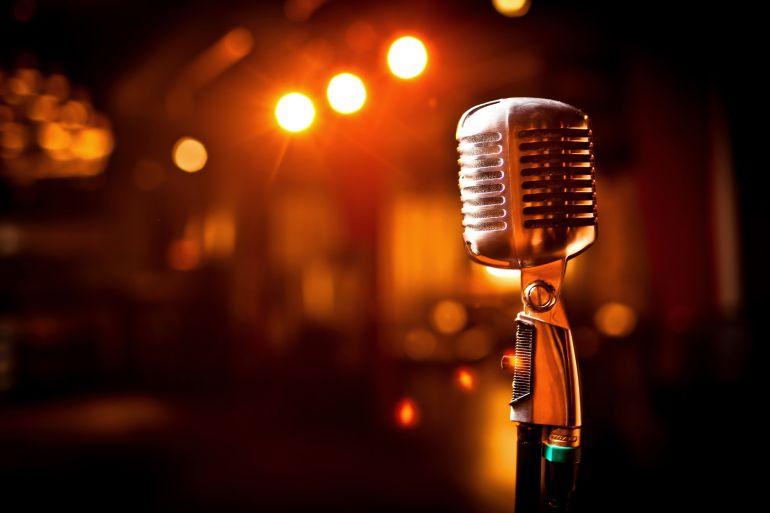 microfono para celebrar el día del locutor