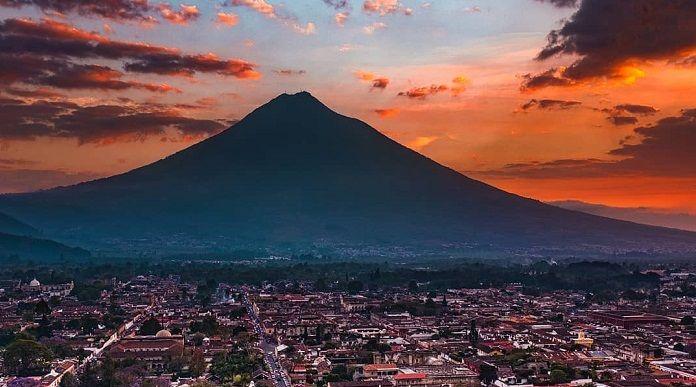 Amanecer en volcanes de Agua y Pacaya