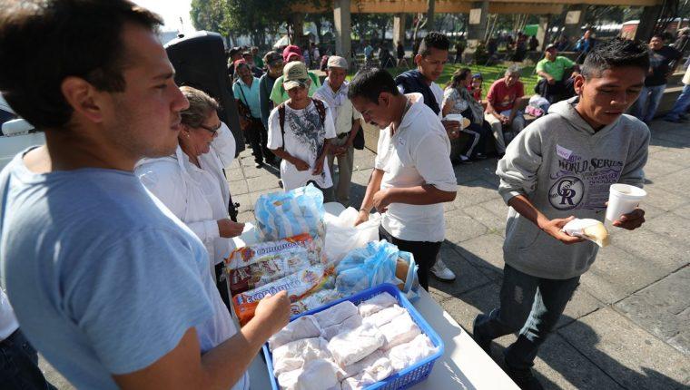 Joven regala comida en Guatemala