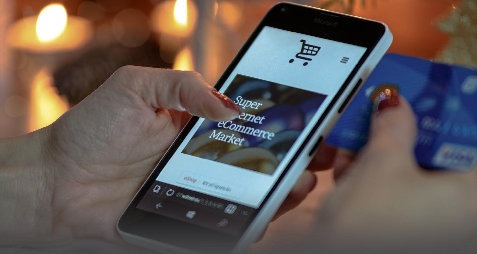 mujer comprando desde el celular