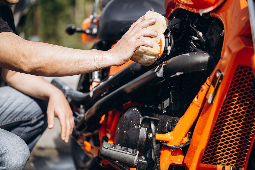 Hombre lavando moto
