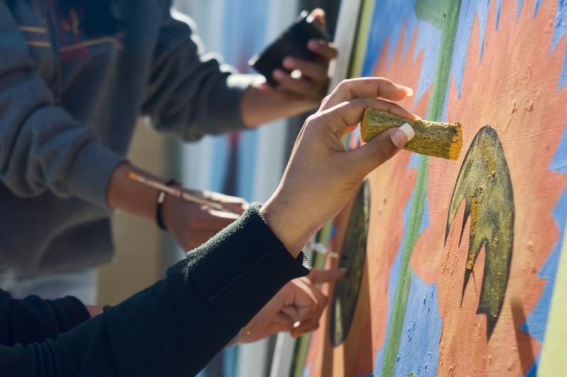 Jóvenes pintando