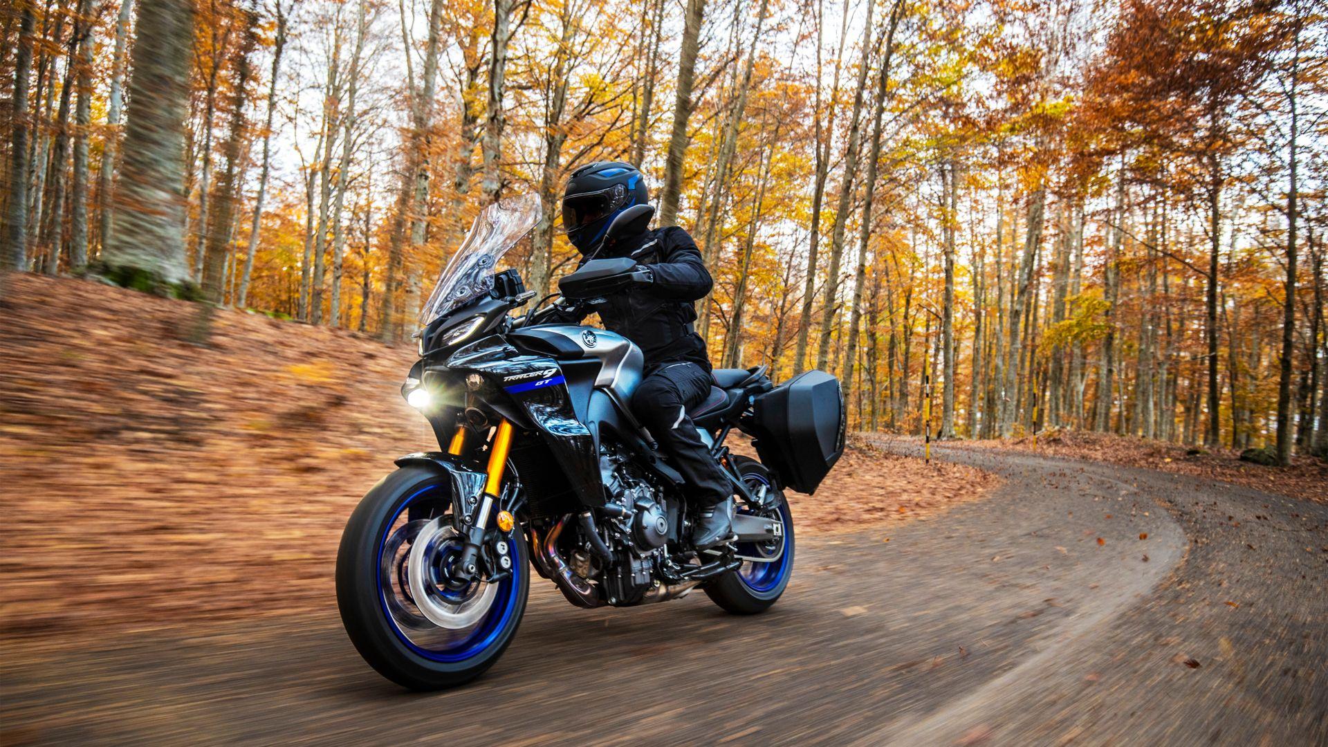 motociclista en la carretera