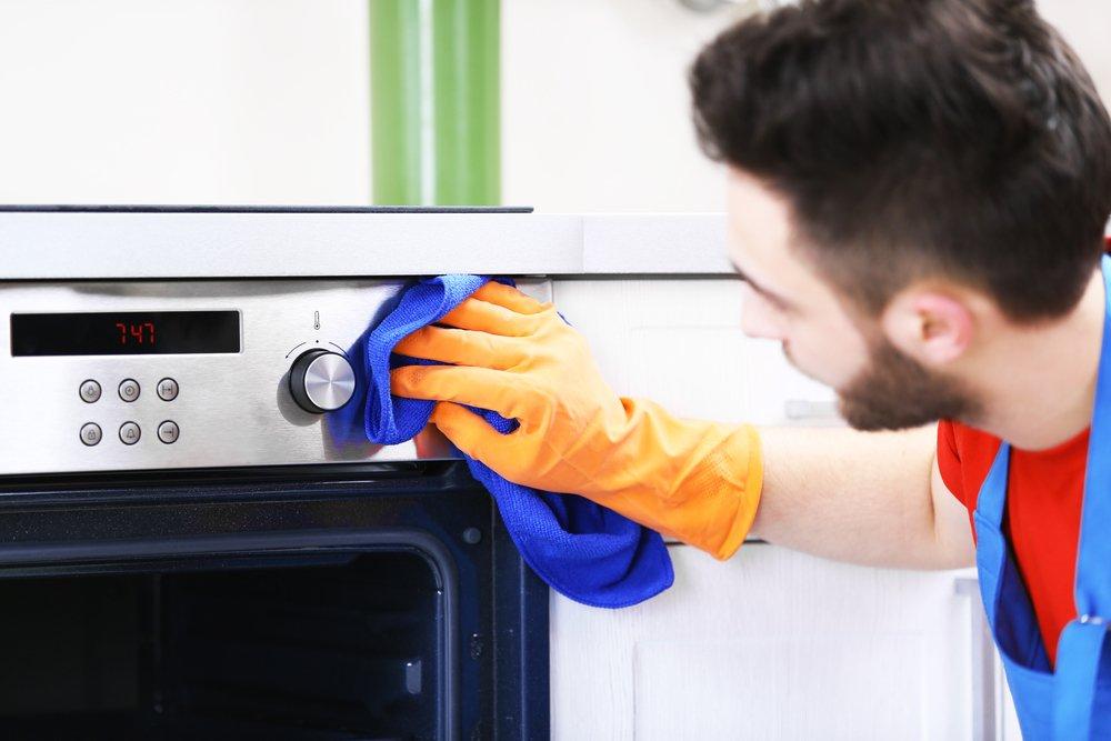 hombre limpiando cocina