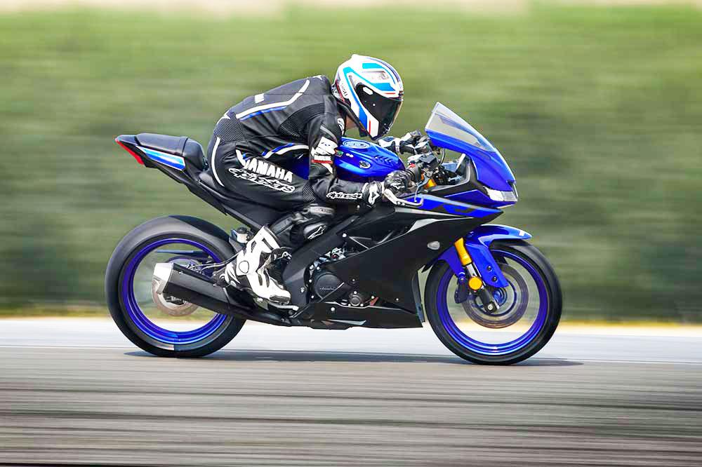motocicleta deportiva con conductor