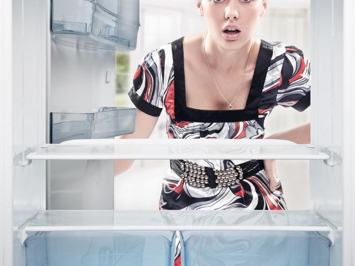 mujer abriendo refrigeradora