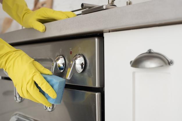 persona limpiando estufa
