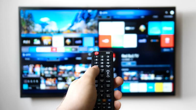 persona cambiando de canal a la smart tv