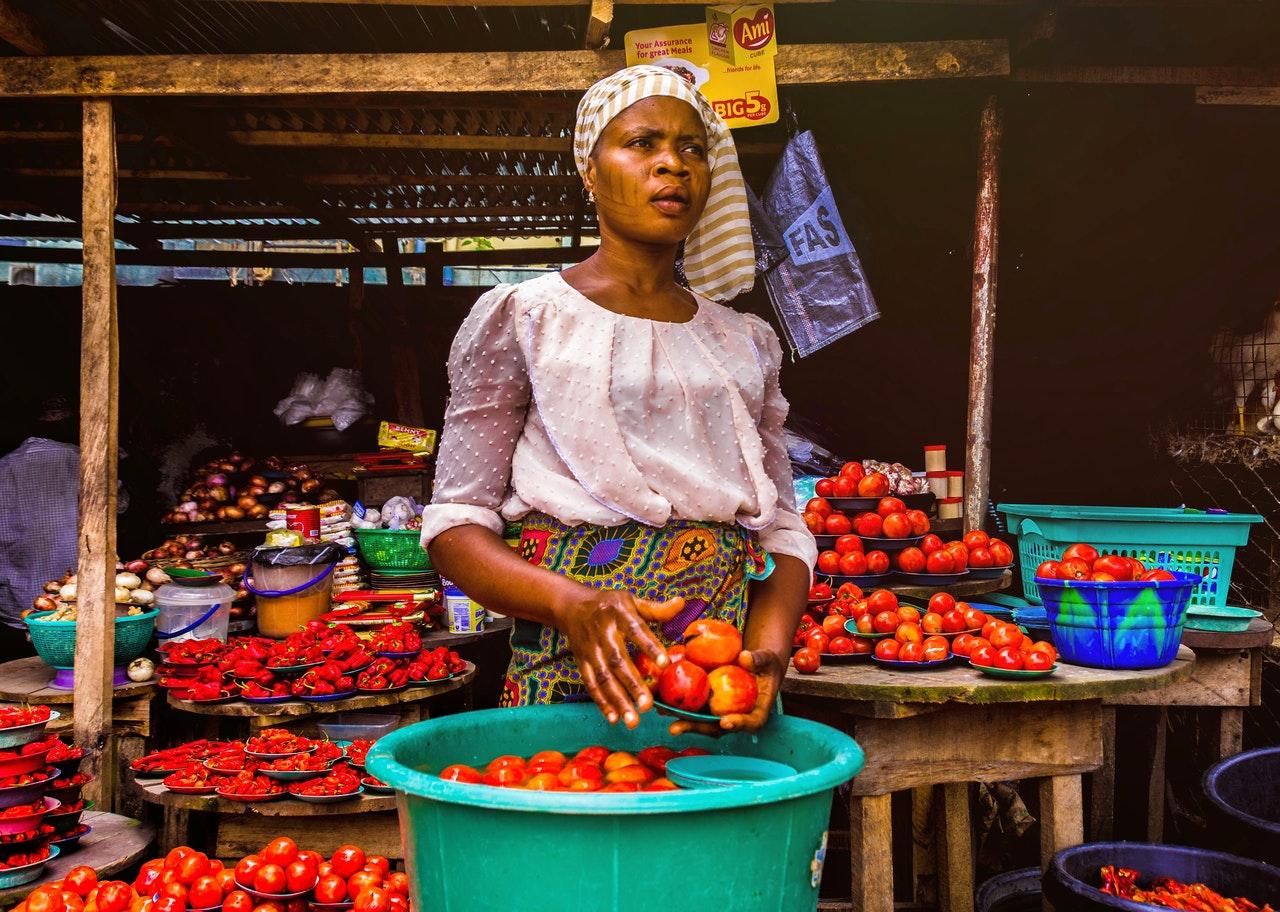 Mujer vendiendo en el mercado